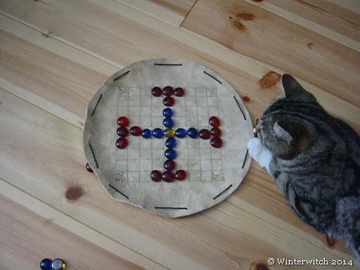 Katze Alva beim Hnefatafl